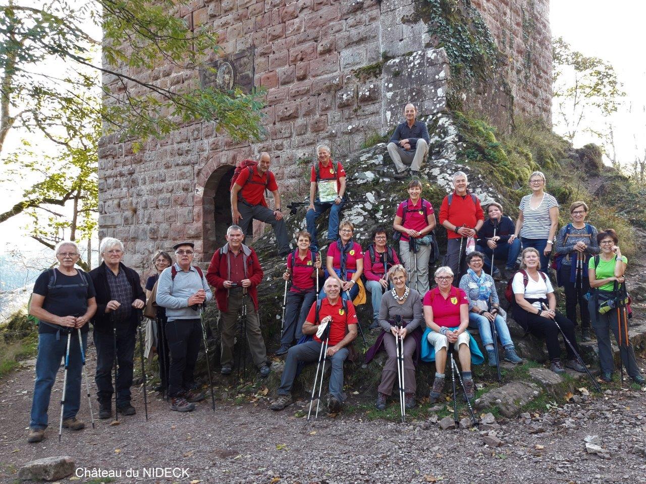 Photo de groupe devant le château du Nideck