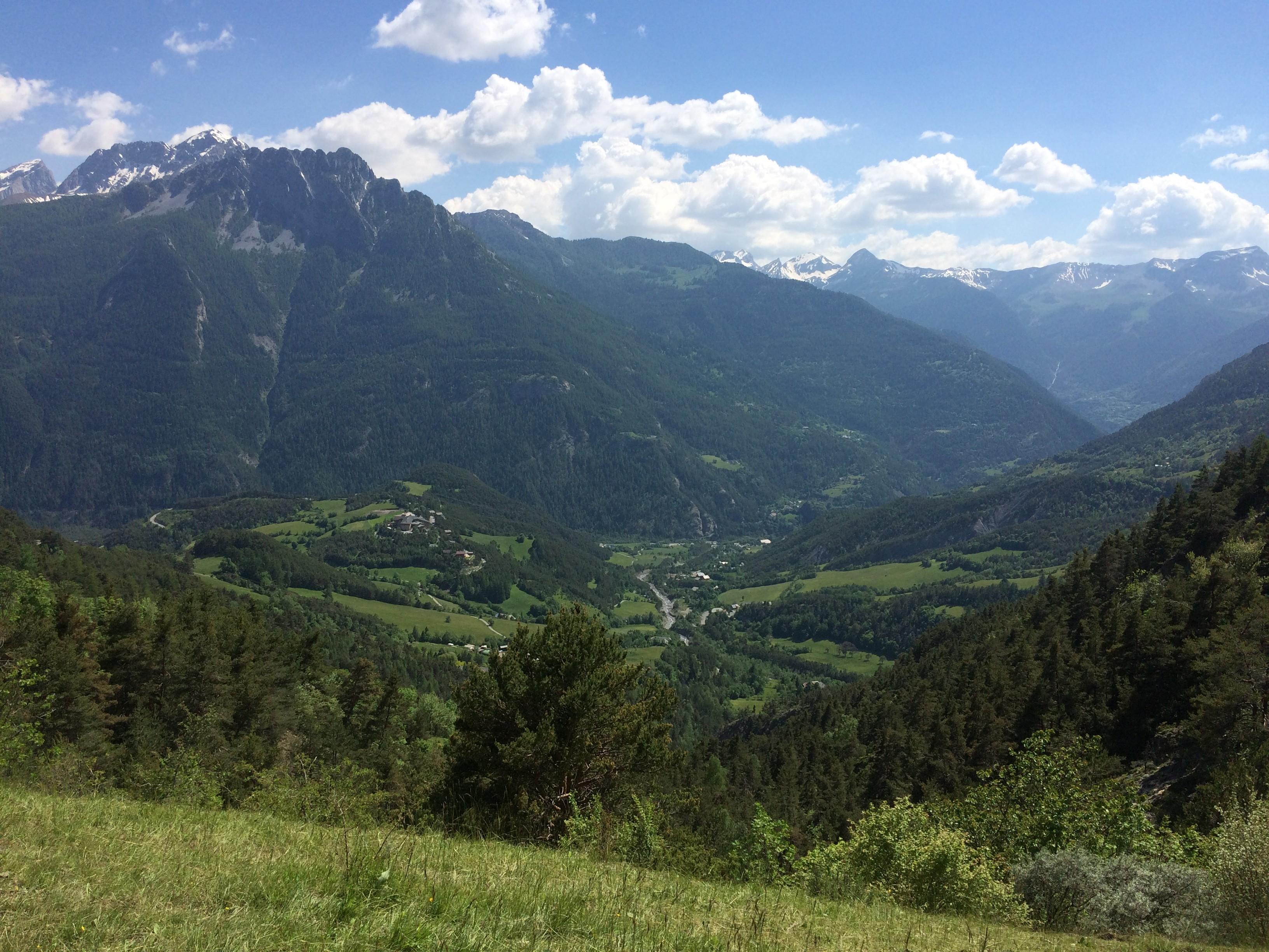 Centre Cap France sur le mamelon et village Rioclar en contre bas