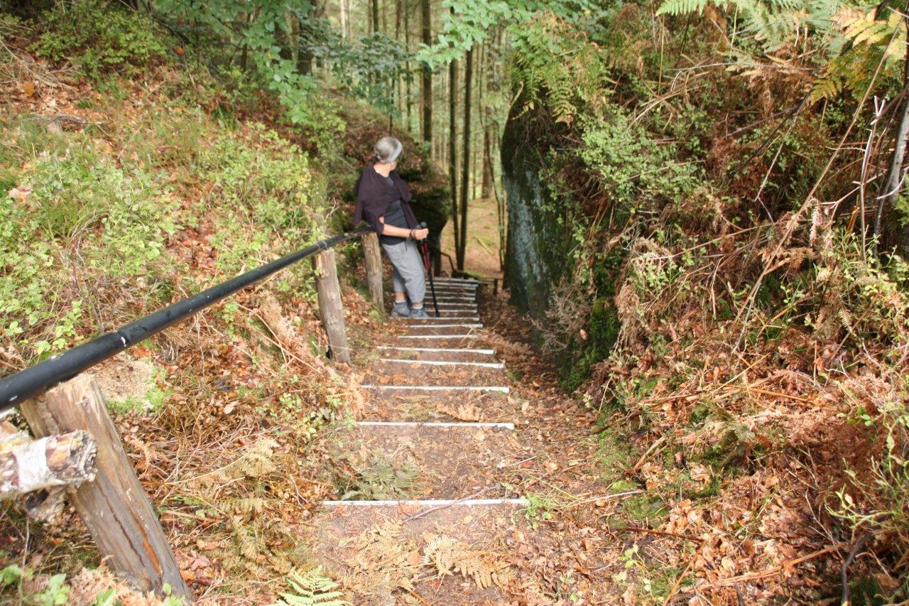 50 marches de descente entre les rochers