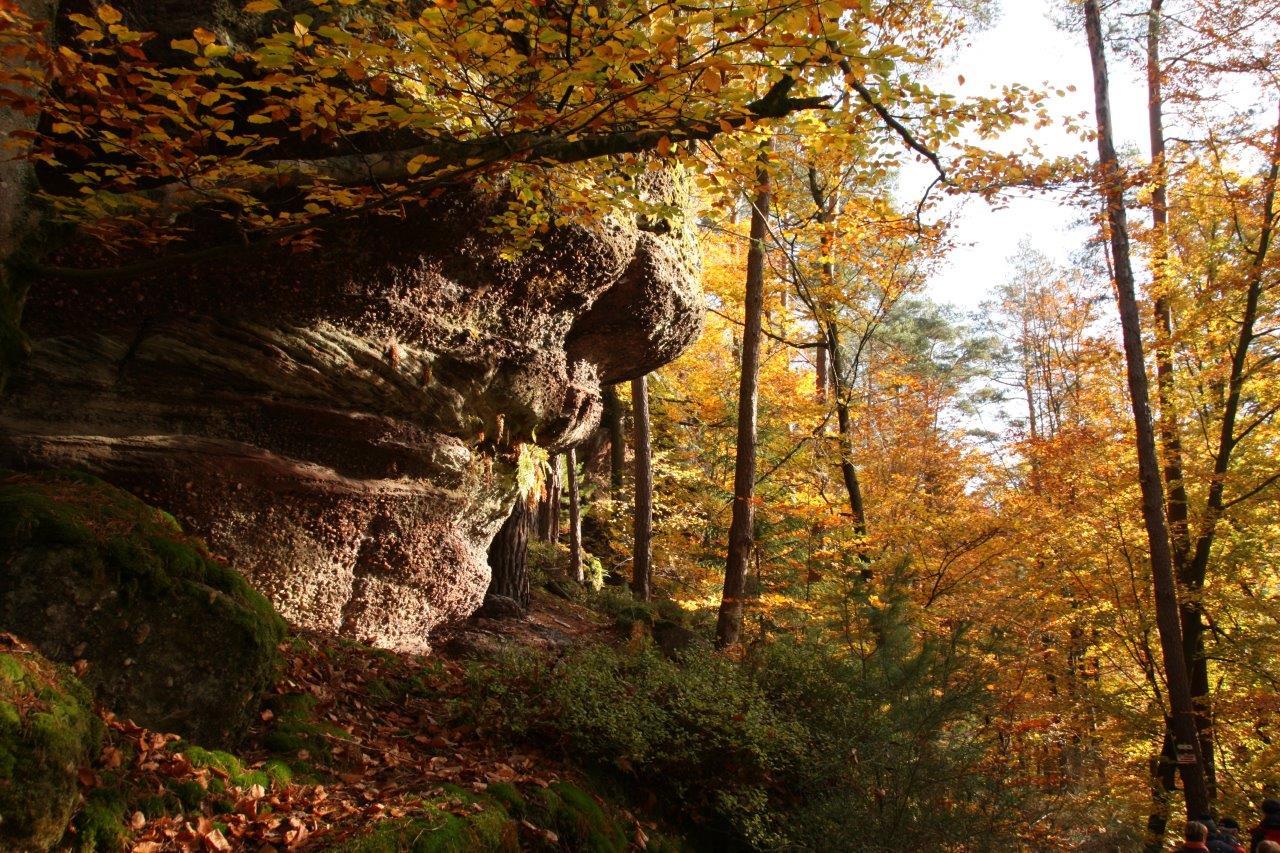 Passage sous de beaux rochers